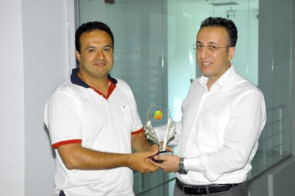 Bursagaz Genel Müdürü Hakan Tola, Erksoft Genel Müdürü Bülent Arslan'a plaketini verirken.