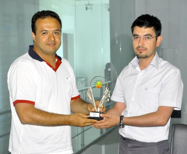 Bursagaz Genel Müdürü Hakan Tola, Bursagaz Proje Yöneticisi Adem Güler'e plaketini verirken.