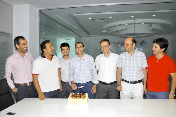Dream Ventures & Innovations Ekip Lideri Mehmet Ertaş tüm proje yönetim ile birlikte pastayı keserken.